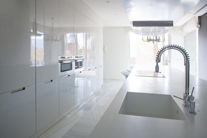 Прямоугольная кухонная мойка со столешницей из искусственного камня