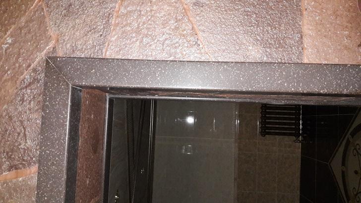 Обрамление дверного проёма наличниками из искусственного камня
