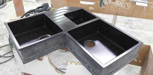 Угловая чёрная мойка с тремя чашами